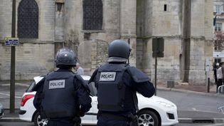 Des policiers devant l'église Saint-Cyr-Sainte-Julitte de Villejuif (Val-de-Marne), dimanche 26 avril 2015. (KENZO TRIBOUILLARD / AFP)
