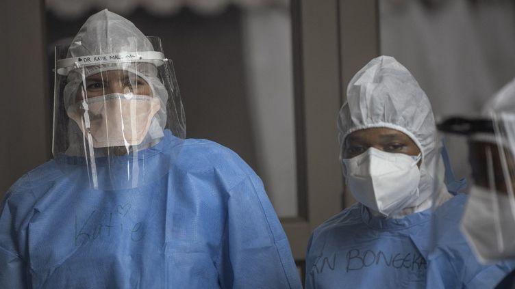 Personnel médicalà l'hôpital de campagne Nasrec de Soweto, le 25 janvier 2021. (MICHELE SPATARI / AFP)