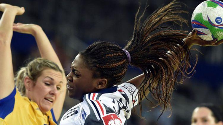 Grace Zaadi (France) tente de marquer face à la défense suèdoise (ANDREJ ISAKOVIC / AFP)
