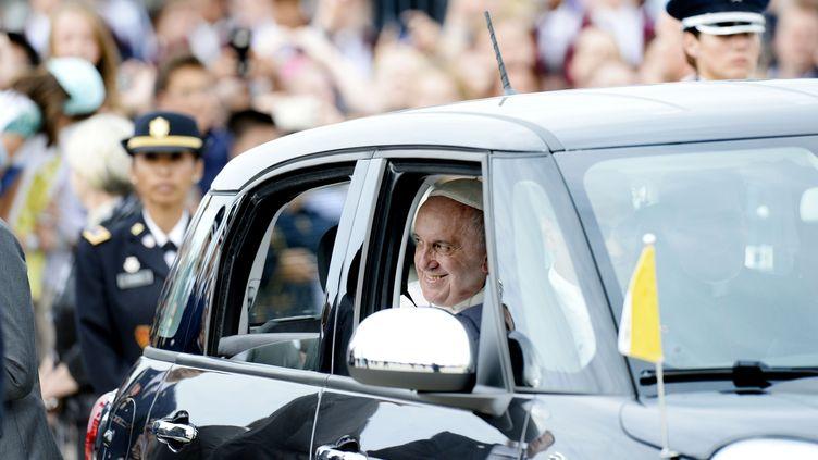 Le pape François à bord d'une Fiat 500L, le 22 septembre 2015, lors de son voyage à Philadelphie (Etats-Unis). (OLIVIER DOULIERY / DPA / AFP)