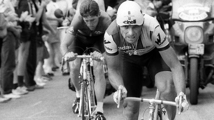 Bernard Hinault laisse derrière lui Sean Kelly lors de la 8e étape du Tour de France 1985, à Strasbourg. (AFP)