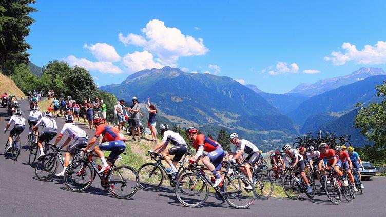 Le peloton lors de l'ascensiondu col de la Bisanne (hors catégorie) dans la 11e étape du 105e Tour de France, entre Alberville et La Rosière (Savoie), le 18 juillet 2018. (GEORGE DESWIJZEN/PRO SHOTS)