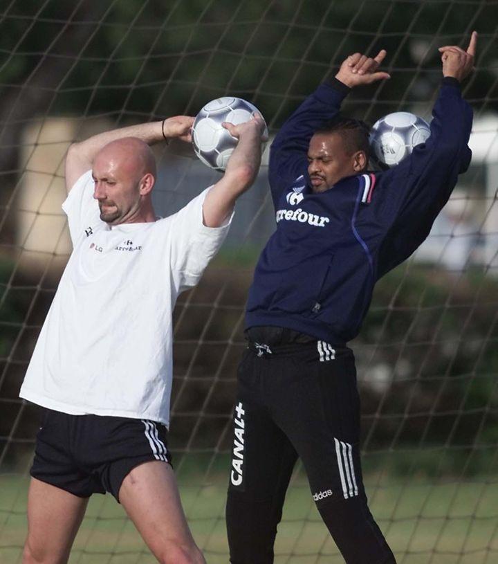 Les gardiens de but des Bleus en 1998, Fabien Barthez et Bernard Lama. (OLIVIER MORIN / AFP)
