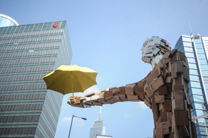 """""""L'Homme-parapluie"""", à Hong-Kong, le 10 octobre 2014. (THOMAS CAMPEAN / ANADOLU AGENCY / AFP)"""