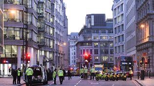 Des policiers britanniques aux abords du London Bridge après une attaque terroriste au couteau, le 29 novembre 2019. (DANIEL SORABJI / AFP)
