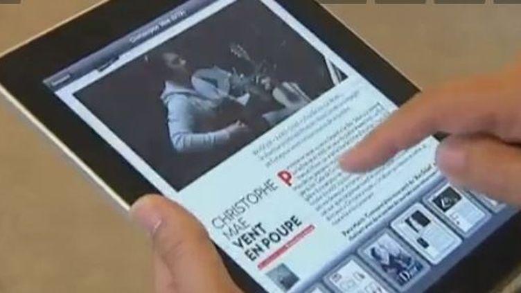 Lire le journal sur tablette numérique (Vidéo :Aurélie Erhel et Vincent Barral / France 2)