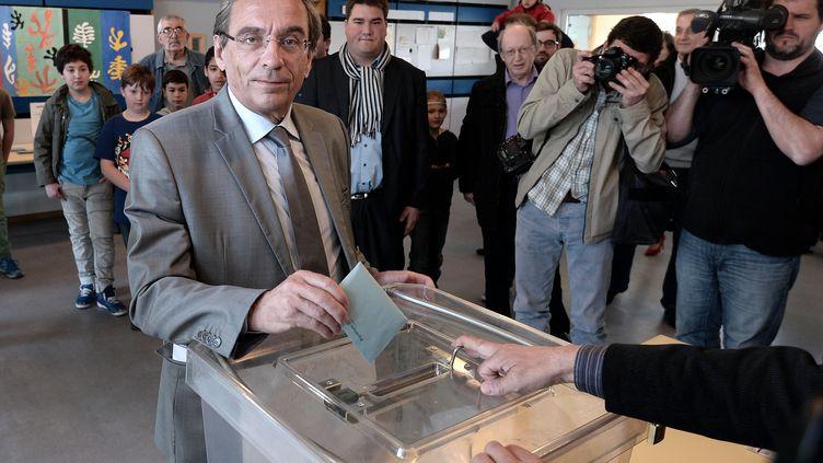Roland Ries, le maire sortant (PS) de Strasbourg (Bas-Rhin), vote lors du second tour des élections municipales, le 30 mars 2014. (FREDERICK FLORIN / AFP)
