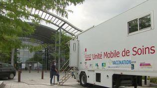 """Covid-19 dans les Landes : un """"vaccibus"""" près d'un centre commercial pour recevoir une injection sans rendez-vous (FRANCE 3)"""
