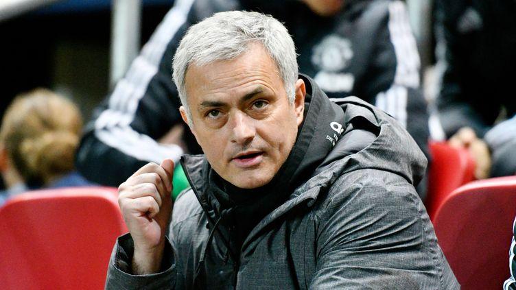 Mourinho sur le banc de Manchester United. (GRAHAM HUNT / PRO SPORTS IMAGES LTD)