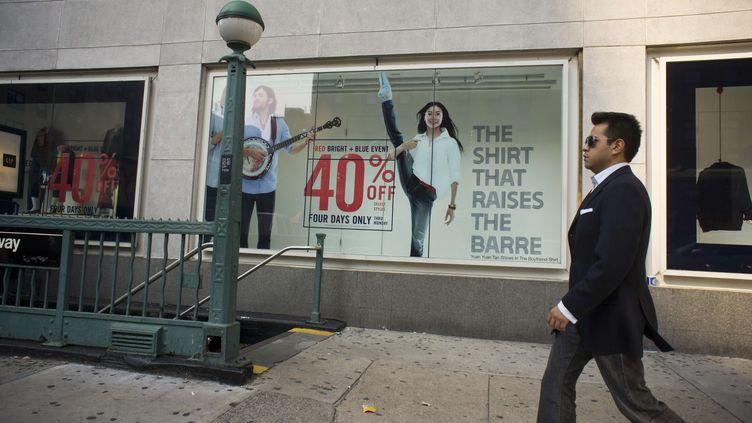 Un homme passe devant une boutique Gap à New York(Etats-Unis) le 30 août 2012. (RICHARD B. LEVINE / NEWSCOM / SIPA)