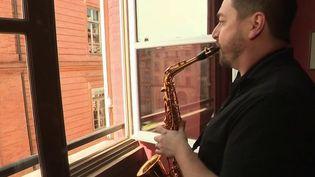 Montauban : des musiciens proposent des concerts depuis leurs fenêtres (France 3)