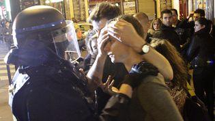 Un policier soutenant un blessé évacué du Bataclan, salle de concert visée par une attaque terroriste, le vendredi 13 novembre à Paris. (ELYXANDRO CEGARRA / CITIZENSIDE.COM / AFP)