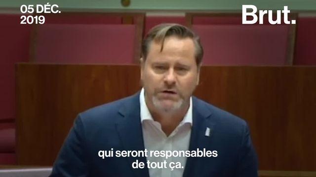 En plein parlement australien, l'énorme colère du sénateur Whish-Wilson face à l'inaction de son gouvernement pour protéger les coraux de la Grande barrière.