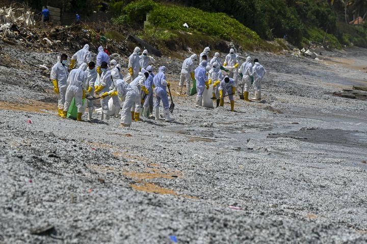 Des militaires s'emploient à nettoyer une plage sri-lankaiseà Colombo, le 29 mai 2021. (ISHARA S. KODIKARA / AFP)