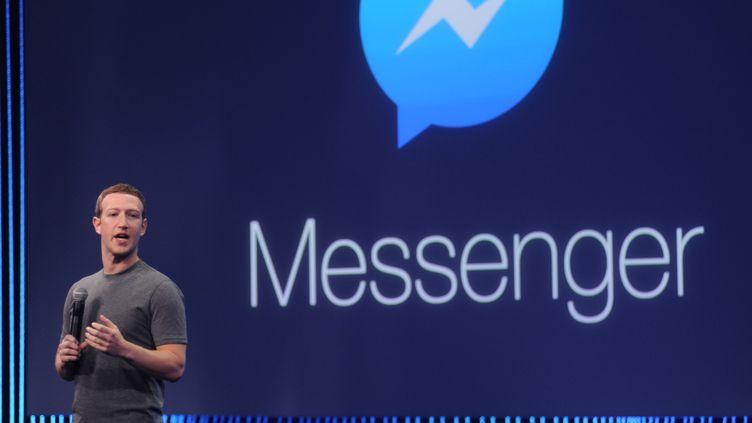 Le PDG de Facebook, Mark Zuckerberg, présente la fonction appels vidéo de Messenger, le 25 mars 2015 à San Francisco (Etats-Unis). (JOSH EDELSON / AFP)
