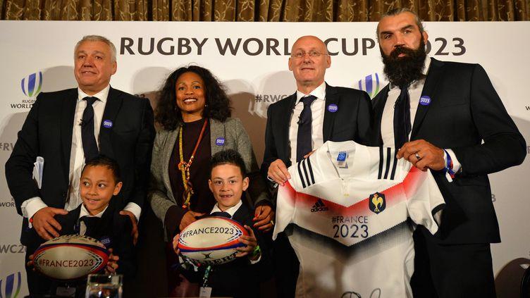 Bernard Laporte (président de la FFR), Claude Atcher (directeur de France 2023), Laura Flessel (ministre des Sports) ainsi que Sébastien Chabal, et les deux enfants de Jonah Lomu, Dhyreille et Brayley, lors du grand oral devant la World Rugby