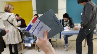 Des électeurs votent lors de l'élection présidentielle de 2012, à Nantes (Pays de la Loire). (ALAIN LE BOT / AFP)