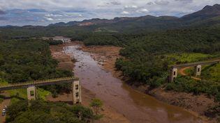 Vue aérienne, le 27 janvier 2019, d'un pont ferroviaire détruit par une coulée de boue provoquée par l'effondrement d'un barrage minier àBrumadinho (Etat du Minas Gerais, Brésil). (MAURO PIMENTEL / AFP)