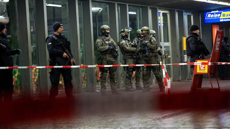 (La police en faction devant la gare centrale de Munich © MaxPPP)