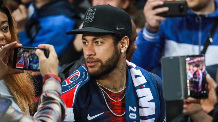 Neymar au milieu des supporters parisiens, le 18 mai 2019. (CHRISTOPHE PETIT TESSON / MAXPPP)