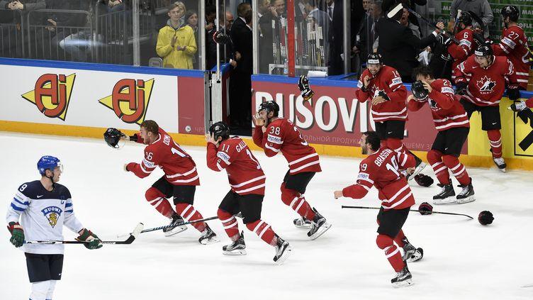 La joie des hockeyeurs canadiens (YURI KADOBNOV / AFP)