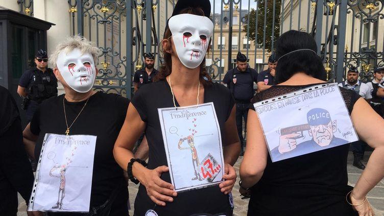 À Paris, une dizaine de femmes de policier se sont réunis, vendredi 16 août, devant le ministère de l'Intérieur, pour dénoncer la vague de suicides qui touchent les forces de l'ordre. (DAVID DI GIACOMO / FRANCEINFO)