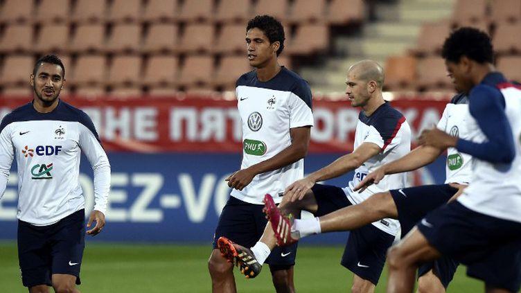 Payet, Varane, Jallet et Rémy s'échauffent (FRANCK FIFE / AFP)