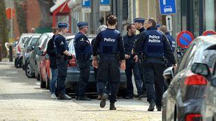 Des policiers belges lors de l'opération à Etterbeek, dans l'agglomération de Bruxelles, le 9 avril 2016. (DURSUN AYDEMIR / ANADOLU AGENCY / AFP)