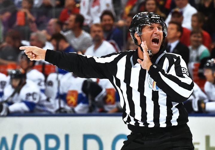 """Arbitre de hockey, également surnommé """"zèbre"""" en raison de sa tenue."""