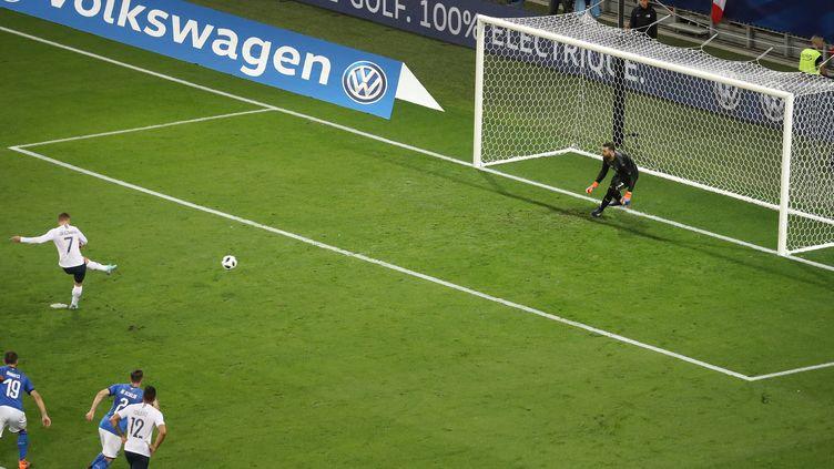 Le penalty d'Antoine Griezmann lors de France - Italie (VALERY HACHE / AFP)