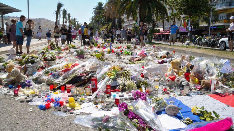 Fleurs et objets déposés en hommage aux victimes de l'attentat de Nice, sur la promenade des Anglais, le 18 juillet 2016. (ERICK GARIN / CITIZENSIDE / AFP)