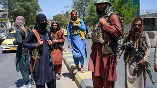 Des combattants talibans sont regroupés à Kaboul (Afghanistan) au lendemain de leur entrée dans la capitale, le 16 août 2021. (WAKIL KOHSAR / AFP)