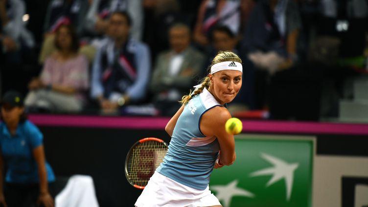 La France et l'Australie sont à égalité à l'issue de la première journéede la finale de la Fed Cup samedi 9 novembre. Les précisions du journaliste Jean-Sébastien Fernandes. (BORIS HORVAT / AFP)