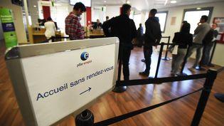 Plusieurs personnes attendent à une agence Pôle emploi de Montpellier (Hérault). (PASCAL GUYOT / AFP)