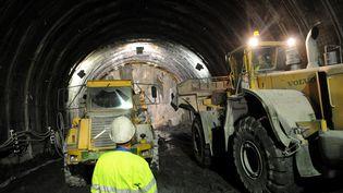 Un tunnel international de 57 km constituera l'ouvrage majeur de la ligne. Ici, des engins de travaux pour la future ligne TGVen septembre 2008. (JEAN-PIERRE CLATOT / AFP)