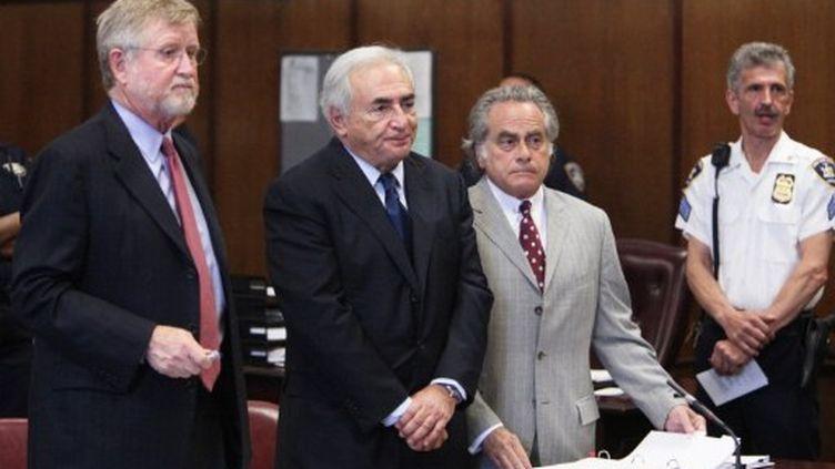 Dominique Strauss-Kahn entouré de ses avocats Benjamin Brafman et William Taylor lors de sa comparution du 6 juin 2011 (AFP PHOTO/POOL/Allan TANNENBAUM)