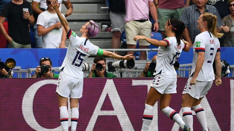 L'Américaine Megan Rapinoe,le 7 juillet 2019, en ouvrant le score face aux Pays-Bas lors de la finale de la Coupe du monde féminine de football à Lyon (Rhône). (FRANCK FIFE / AFP)