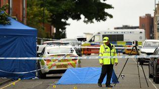 Un policier britannique à Birmingham (Royaume-Uni) après l'attaque au couteau qui a eu lieu dans la ville dans la nuit du 5 au 6 septembre 2020. (OLI SCARFF / AFP)