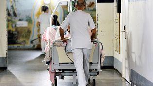 Un soignant dans un hôpital (illustration). (PHILIPPE HUGUEN / AFP)