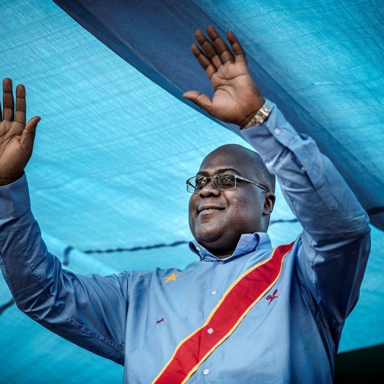 Félix Tshisekedi, alors candidat de l'UDPS à l'élection présidentielle de la République démocratique du Congo, salue la foule lors d'un meeting à Kinshasa, le 21décembre 2018. (LUIS TATO / AFP)