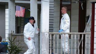 Des experts du FBI fouillent la maison de Cleveland (Ohio) où les jeunes femmes étaient détenues, le 7 mai 2013. (EMMANUEL DUNAND / AFP)