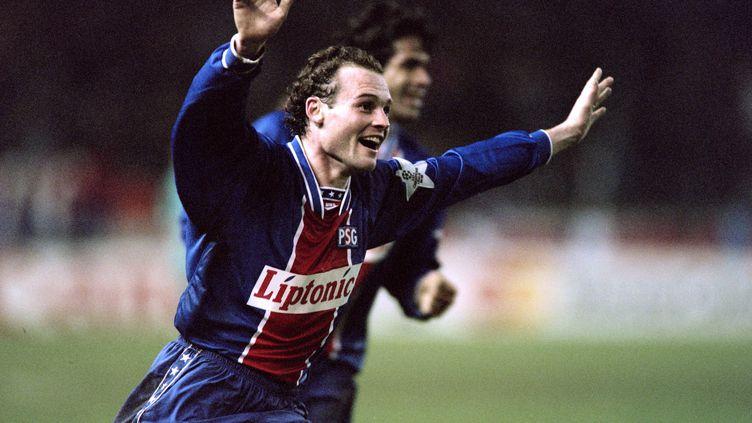 Vincent Guérin sous le maillot du PSG, lors du quart de finale de Ligue des champions contre Barcelone en 1995 (JEAN-LOUP GAUTREAU / AFP)