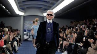 Le créateur Karl Lagerfeld lors d'un défilé à Tokyo, en 2012. (ADAM PRETTY / GETTY IMAGES ASIAPAC)