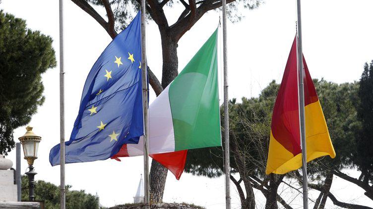 Les drapeaux de l'Union européenne, de l'Italie et de l'Espagne, le 31 mars 2020, à Rome. (RICCARDO DE LUCA / ANADOLU AGENCY / AFP)