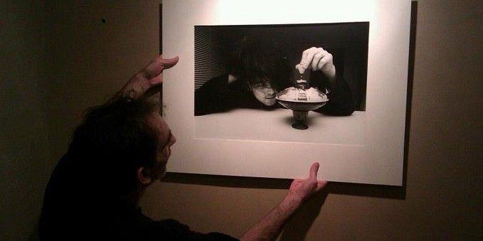 Richard Bellia et l'un de ses fameux portraits de Robert Smith  (DR)