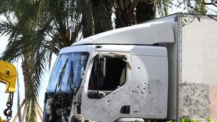 Le camion loué parl'auteur de la tuerie et criblé de balles après l'intervention des forces de police, le 15 juillet 2016 à Nice (Alpes-Maritimes). (BORIS HORVAT / AFP)