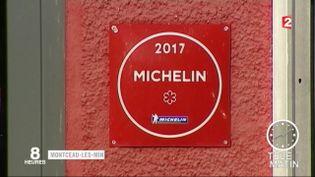 Une étoile du guide Michelin sur la façade d'un restaurant (France 2)
