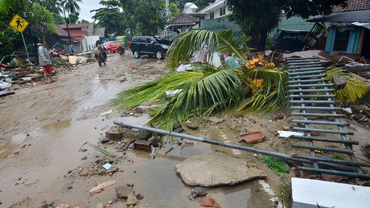 Des débris dans les rues de Carita (Indonésie) après le passage d'un tsunami, le 23 décembre 2018. (RONALD / AFP)