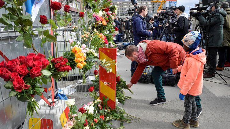 Des Suédois rendent hommage, le 8 avril 2017, aux victimes de l'attentat au camion-bélier, dans le centre de Stockholm. (TT NEWS AGENCY / REUTERS)