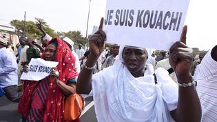 Des manifestants protestent contre les caricatures de Charlie Hebdo montrant le prophète Mahomet, à Dakar (Sénégal), le 16 janvier 2015. (SEYLLOU / AFP)